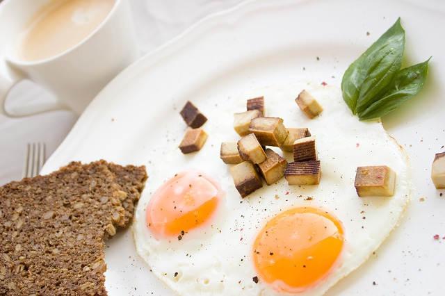 Fettverbrennung mit Eier und Brot